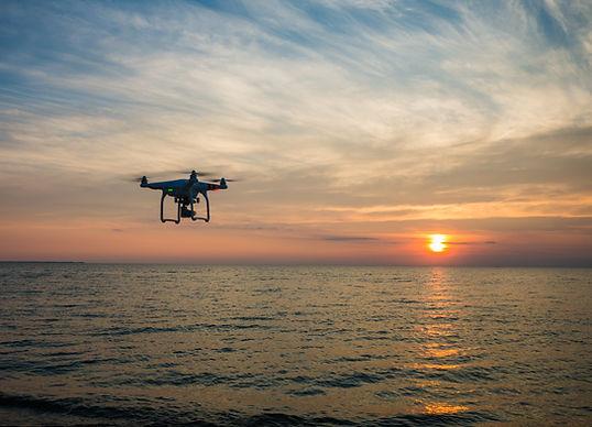 Drone por encima de un océano