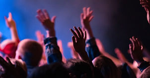 5515-congregation-hands-up-in-worship-ge