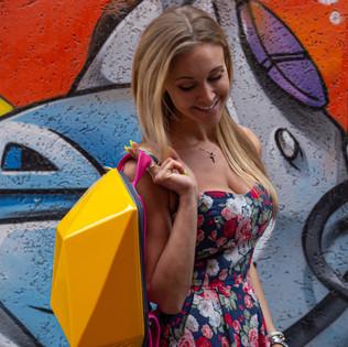 очень красивая девушка с рюкзаком