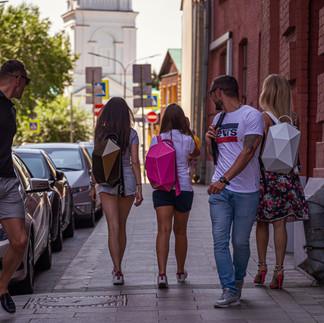 молодые люди на улице тротуар