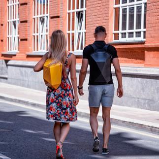 Молодая пара с полигональными рюкзаками CVG