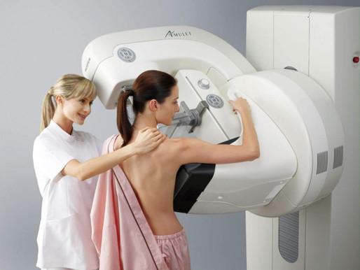 ¿Me puedo hacer una mamografía con implantes de senos?