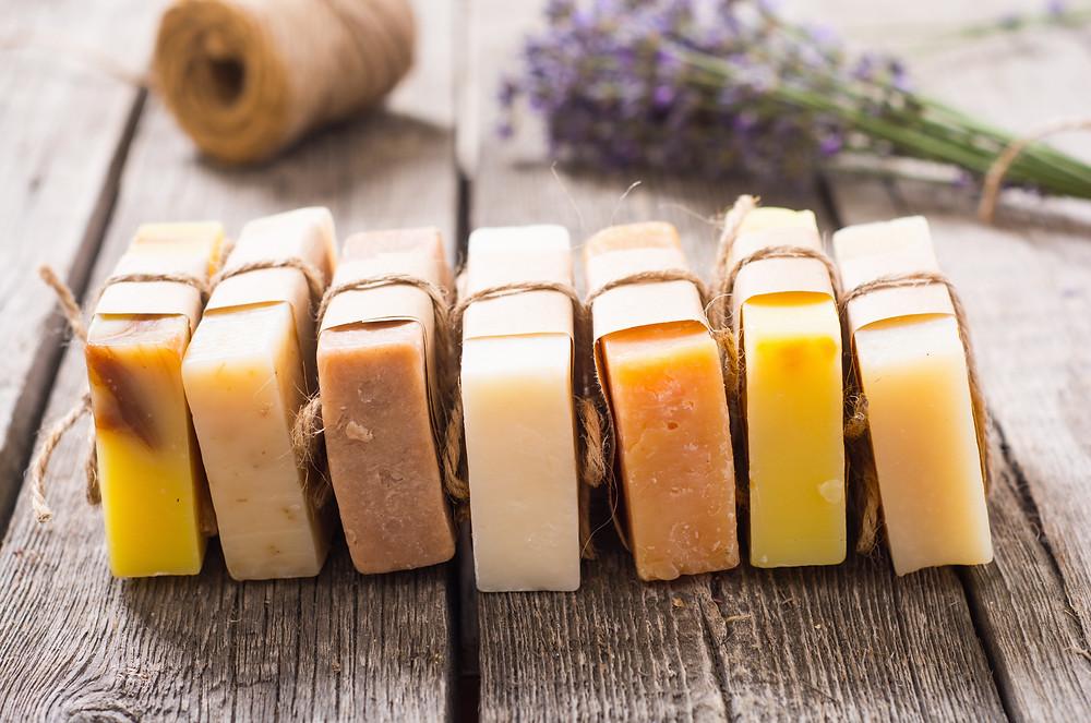 Le savon ayurvédique fabriqué à base d'huile de coco et d'huiles essentielles