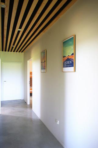 Le couloir qui mène au dortoir et à la nursery