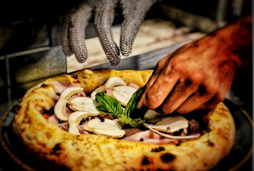 pizza con cotto Rovagnati, funghi porcini freschi, pepe rosa - La Pizza d'autore - Cremona