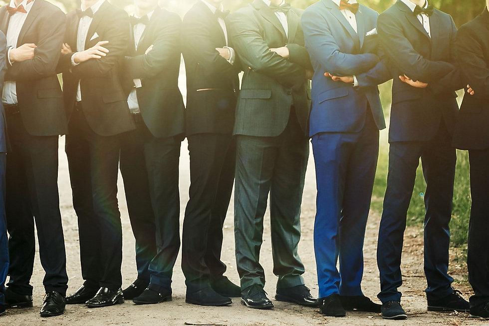 Les hommes en costume