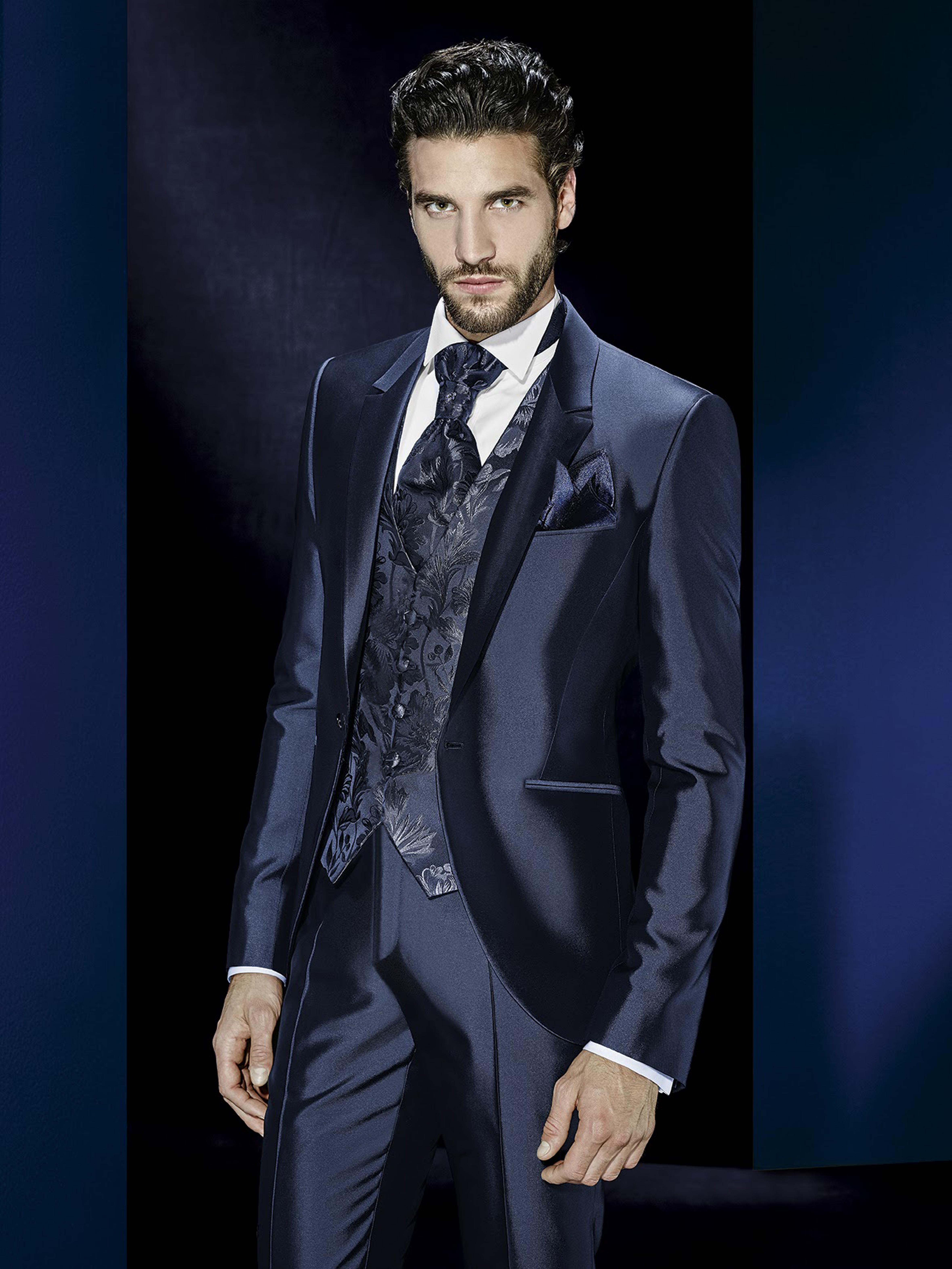 tuxedo en seda azul con chaleco broicado