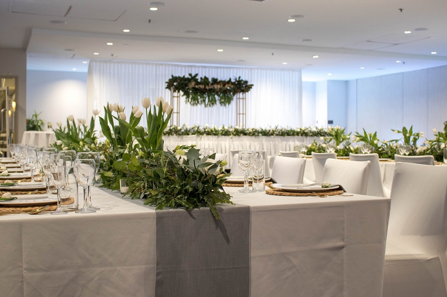 With adjustable walls, our Guineas Ballroom can be sized to suit a range of weddings