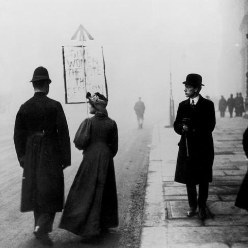 Una suffragette dimostra a Whitehall