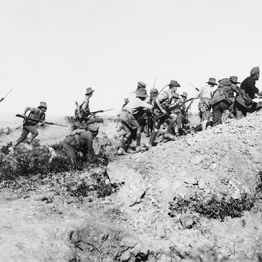Soldati australiani all'assalto durante la battaglia di Gallipoli (Turchia). È il loro battesimo del fuoco