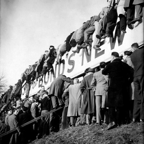 Spettatori guardano una partita stando seduti sui tabelloni pubblicitari durante l'incontro tra Norwich e Portsnouth che fece il record di 42.000 spettatori