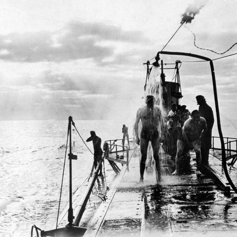 L'equipaggio di un sottomarino tedesco U-35 in viaggio nel Mar Mediterraneo fa la doccia sul ponte approfittando del caldo estivo
