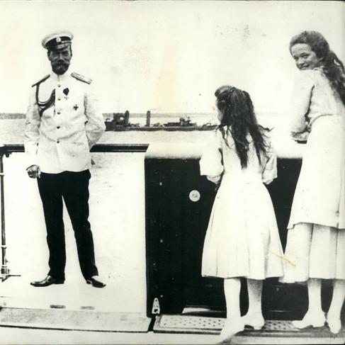 Nicola II in un momento di pausa dai suoi doveri istituzionali di sovrano con i suoi figli durante una crociera