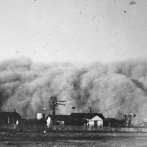 """""""Tempesta di sabbia che passava sopra Midland, Texas, 20 febbraio 1894 alle 6:00 del pomeriggio"""". Le case sono appena visibili sotto il turbinio della sabbia  Autore sconosciuto Courtesy National Archives"""