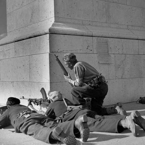 Postazione di partigiani accanto a un monumento nel centro di Parigi durante la liberazione della città