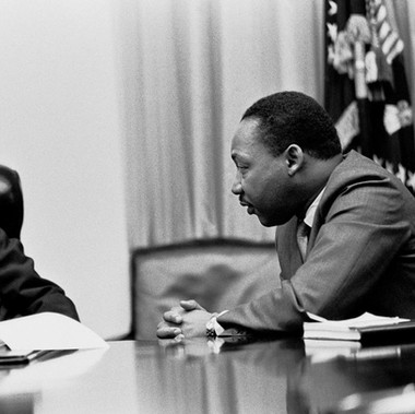 """Il presidente Lyndon B. Johnson si incontra con Martin Luther King Jr. nella Sala di Gabinetto della Casa Bianca"""