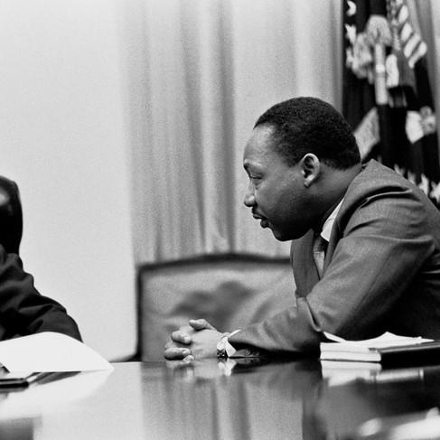 """""""Il presidente Lyndon B. Johnson si incontra con Martin Luther King Jr. nella Sala di Gabinetto della Casa Bianca"""""""