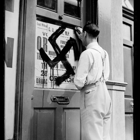 La rimozione della svastica disegnata sulla porta di Maurice Orbach, ebreo, membro del Board of Deputies of British Jews in lotta contro l'antisemitismo