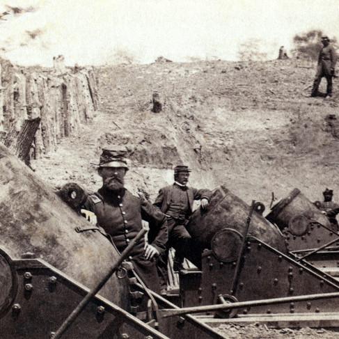 La 4a Batteria lungo Wormley Creek con 3 dei mortai (ognuno del peso di 20.000 libbre-9090.9 kg) da 13 pollici (330 mm) utilizzati, nei pressi della Moore House, di fronte alle linee confederate durante l'assedio di Yorktown