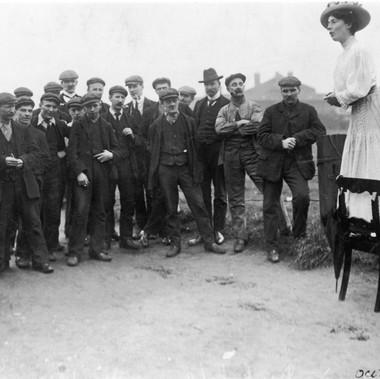Una Dugdale si rivolge ad una piccola folla di uomini in occasione delle elezioni suppletive di Newcastle