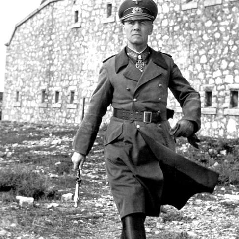 Il maresciallo Erwin Johannes Eugen Rommel (1891-1944) (divenuto famoso con il soprannome di Volpe del Deserto) in Nord Africa