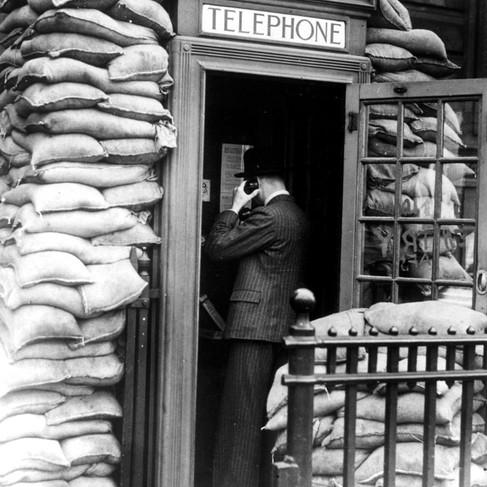 """""""Una cabina telefonica circondata da un gran numero di sacchi di sabbia per insonorizzarla nel West End di Londra"""""""