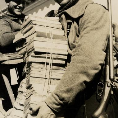 L'arrivo di una partita di libri da distribuire ai soldati al fronte