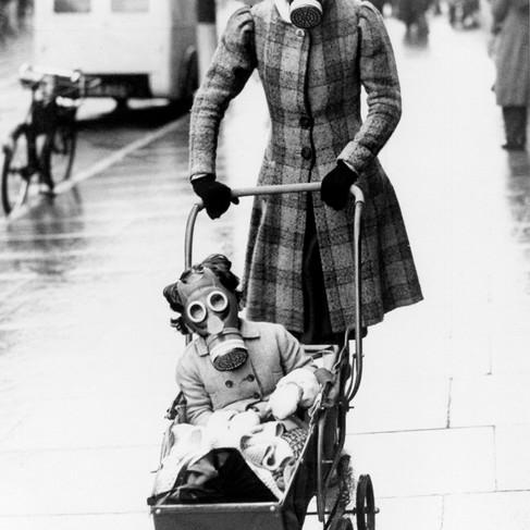 """""""Madre e figlia indossano le loro maschere antigas durante un'esercitazione con i gas lacrimogeni nelle ore degli acquisti. Un allarme avverte la gente di indossare le maschere antigas: chi ne è sprovvisto vive una delle sue esperienze più infelici"""""""