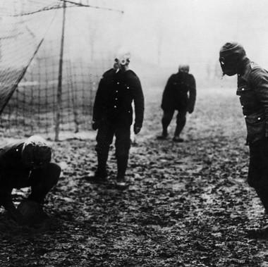 Soldati inglesi giocano a calcio con le maschere antigas nelle immediate retrovie del Fronte Occidentale