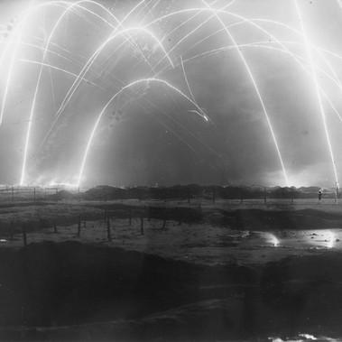 Bagliori nel cielo notturno sopra un campo di battaglia