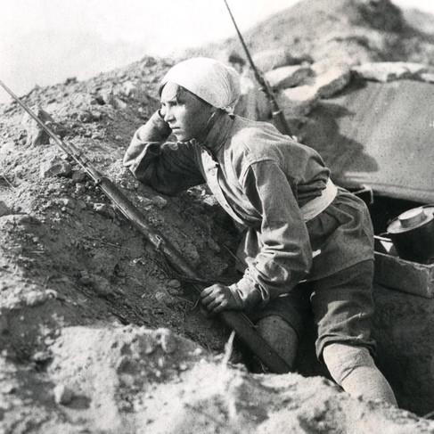 Una soldatessa armena in una trincea in prima linea in difesa della città di Baku, in Armenia, minacciata dalle truppe dell'Azeirbajan sostenute dall'esercito turco alleato dell'Impero Tedesco e Austroungarico
