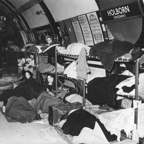 La Direzione Trasporto Passeggeri di Londra ha dotato le piattaforme delle stazioni metropolitane di comodi letti a castello, consentendo a migliaia di londinesi di usare la metropolitana come riparo per avere una notte di riposo al sicuro nel sottosuolo