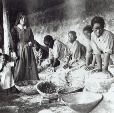 """Macinatrici di dura [qualità di sorgo] alla missione cattolica di Keren"""