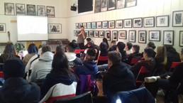 oggi a la Casa di Vetro Alessandro Luigi Perna ha raccontato agli studenti del Liceo De Nicola di Se