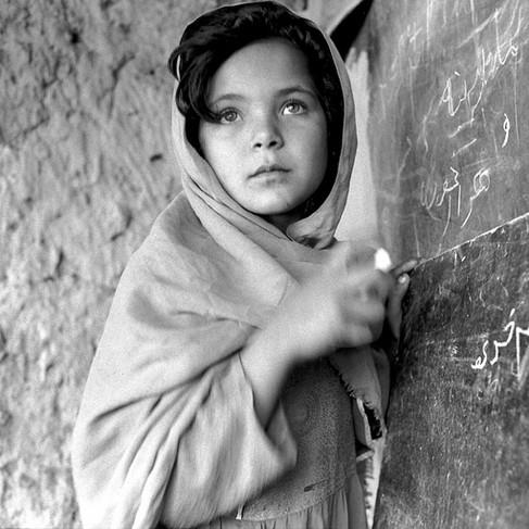 Ragazza afgana frequenta una delle migliaia di scuole di base costruite nei villaggi con l'aiuto dell'ONU