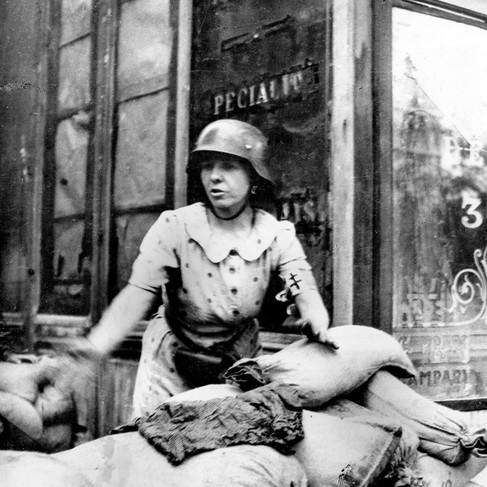 Una donna su una barricata durante la lotta per la liberazione di Parigi