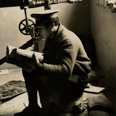 Un soldato mentre studia durante una pausa dai combattimenti