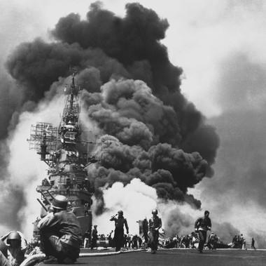 """""""La USS Bunker Hill fu colpita al largo di Kyushu da due Kamikaze in 30 secondi. Morirono 372 persone, i feriti furono 264"""""""