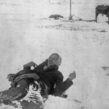 Il capo Sioux Big Foot (Grande Piede ) ritratto poco prima di morire mentre giace ferito nella neve dopo il massacro di Wounded Knee del 29 dicembre 1890  Autore sconosciuto Courtesy National Archives