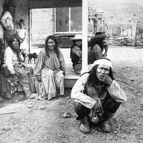 Prigionieri apache  Fort Bowie, Arizona 1884 Autore sconosciuto Courtesy National Archives