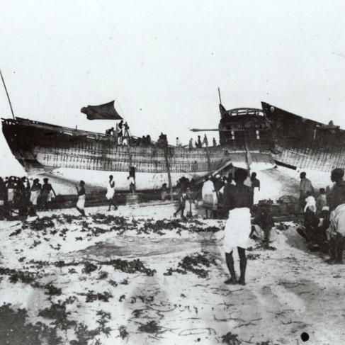 Costruzione di due imbarcazioni in legno sulla spiaggia
