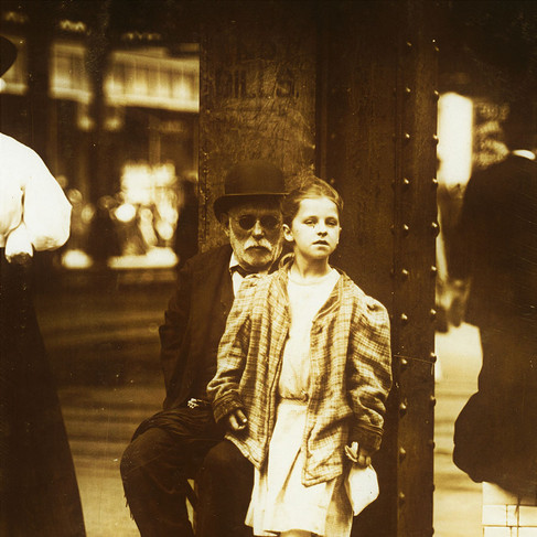 """""""Mendicanti. 6th Ave e 14th St."""" """"Mendicants. 6th Ave & 14th St."""" Luglio 1910 New York, NY, USA Foto di Lewis Wickes Hine © Courtesy Library of Congress, Prints & Photographs Division, National Child Labor Committee Collection"""
