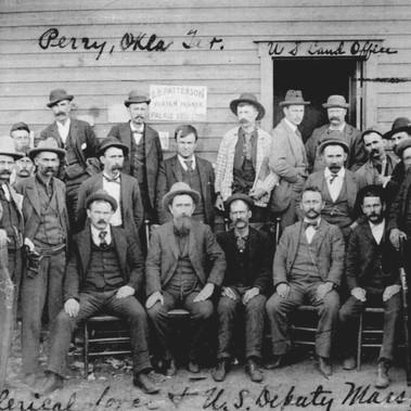 Lo staff e i vice sceriffi del U.S. Land Office [Ufficio della Terra]   Perry, Territorio dell'Oklahoma 12 ottobre 1893 Autore sconosciuto Courtesy National Archives