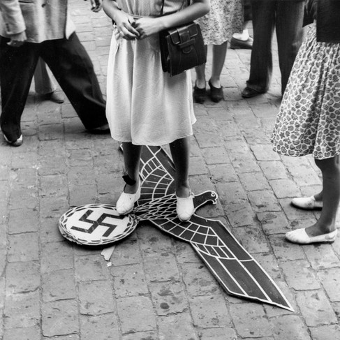 Un'aquila nazista calpestata da una donna in Place Wilson
