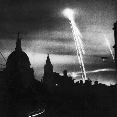 Il profilo della cupola della Cattedrale di St Paul si staglia nei bagliori del cielo di Londra durante i bombardamenti tedeschi