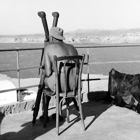 Una compagnia svedese sostituisce le truppe finlandesi a Sharm El Sheikh. Il Col. A.W.H. Lundqvist dalla Svezia, Capo di Stato Maggiore dell'UNEF, mentre sta guardando attraverso un binocolo da campo il Mar Rosso