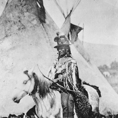 Looking Glass (Sguardo di Vetro), uno dei più grandi capi dei Nasi Forati, a cavallo di fronte a un tepee  1877 Autore sconosciuto Courtesy National Archives
