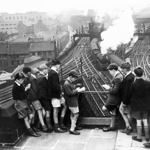 Scolari guardano i treni alla Stazione di Newcastle