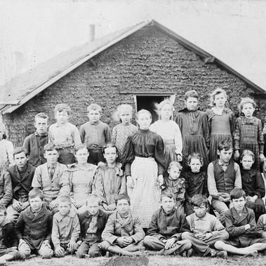 Insegnante e bambini davanti a una scuola fatta di zolle Contea di Woods, Territorio dell'Oklahoma circa 1895 Autore sconosciuto Courtesy National Archives