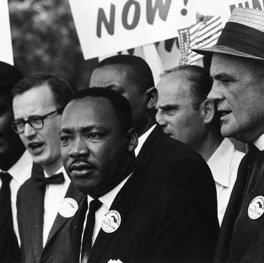 """""""Martin Luther King Jr. e Mathew Ahmann in mezzo alla folla durante la Marcia per i Diritti Civili""""."""
